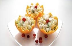 Салат в апельсине с куриным филе и огурцами: праздничный салат