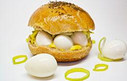 Бургер с моцареллой и перепелиными яйцами