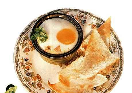 Яйца в горшочках с моццареллой