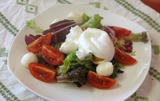 Овощной салат с яйцом-пашот и моцареллой
