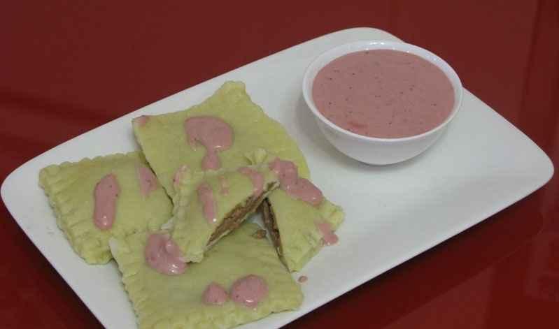 Равиоли с шоколадной начинкой и клубничным соусом