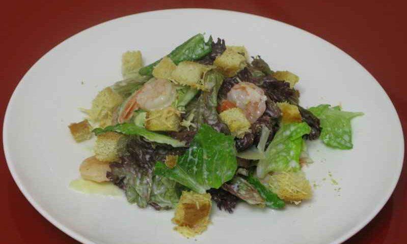 Салат с креветками и сырными крутонами