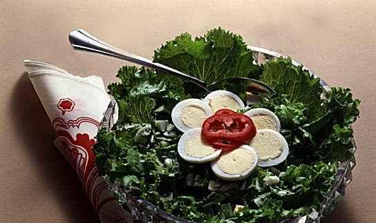 Салат зеленый с яйцом