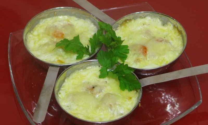 Сырный гратен с креветками и перчиком чили